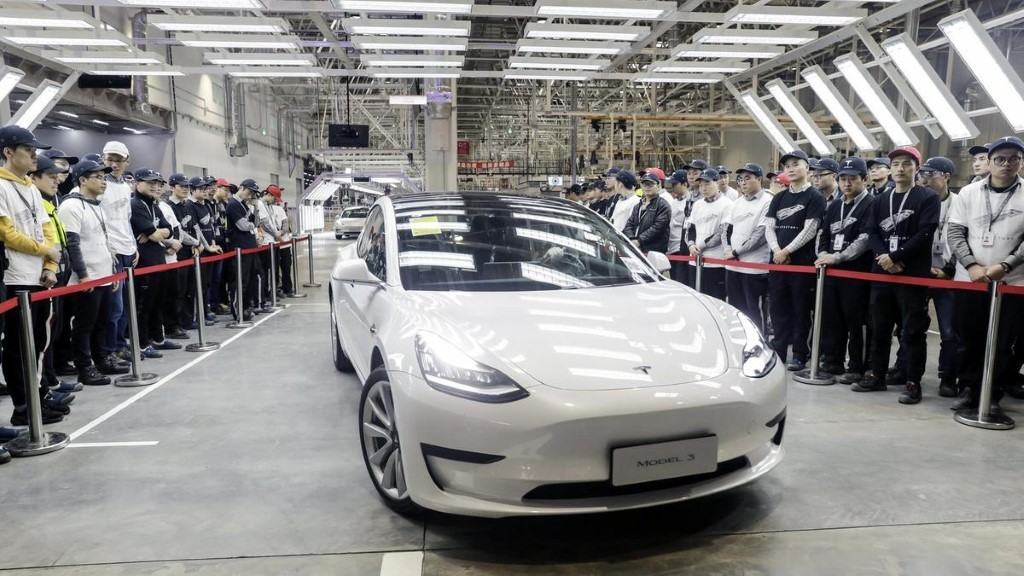 Сотрудники китайского завода забрали первые электрокары Tesla